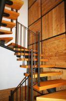 escalier-à-une-poutre-avec-garde-corps-et-revêtement-mural-avec-cadre-en-fer