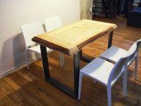 Table avec plateau en bois et pieds en fer tubulaire