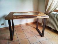 Table avec plateau en bois et verre et pieds en fer effet corten