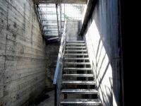 Escalier avec garde-corps et marches galvanisées en métal déployé antidérapant