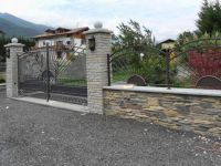 Vue de la porte et de la clôture
