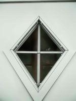 garage-à-deux-portes-avec-une-fenêtre-en-forme-de-rhombe