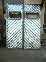 Porte de garage à douves galvanisées à chevrons
