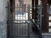 Petite porte avec des lances et des clous à picots et Cloutés