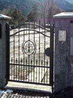 Porte avec lance et dessin central