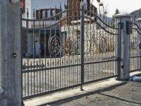 Cancello con lance e disegno centrale