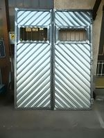 Portone garage con doghe zincate a spina di pesce
