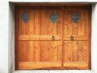 portone-a-due-ante-per-garage-con-finestre-a-rombo---lato-esterno-rivestito-in-legno