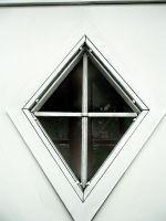 portone-a-due-ante-per-garage-dettaglio-finestra-a-rombo
