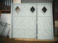 portone-a-due-ante-per-garage-lato-interno-con-finestre-a-rombo