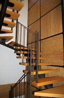 scala-monotrave-con-ringhiera-e-rivestimento-parete-con-intelaiatura-in-ferro